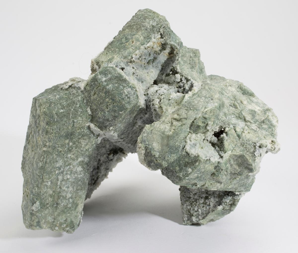 Skapolitt xls, lys grønne, etset fram, mikro av hvitt mineral og klinoklor.