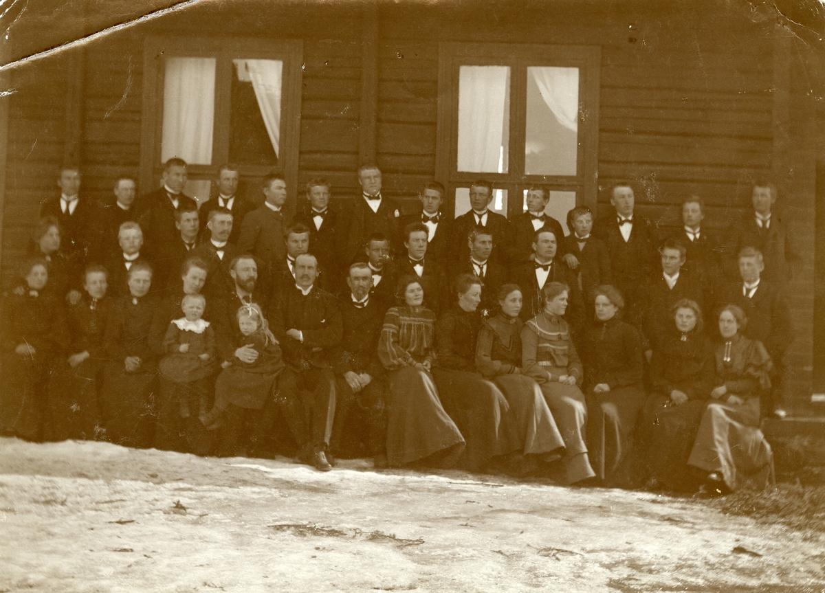 Elever og lærere på Valdres Folkehøgskule i 1905.