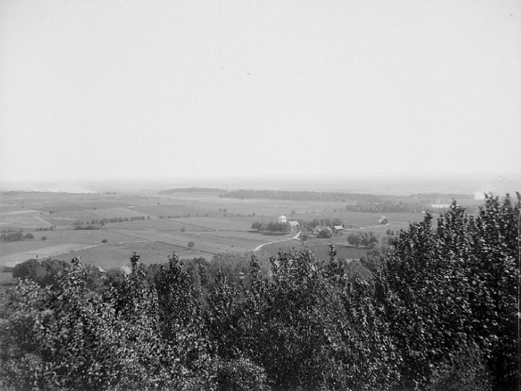 Bildtext: Varvs socken. Vartofta härad. Västergötland. Utsikt från Varvsberget.  Foto: Sven Lampa 1905.