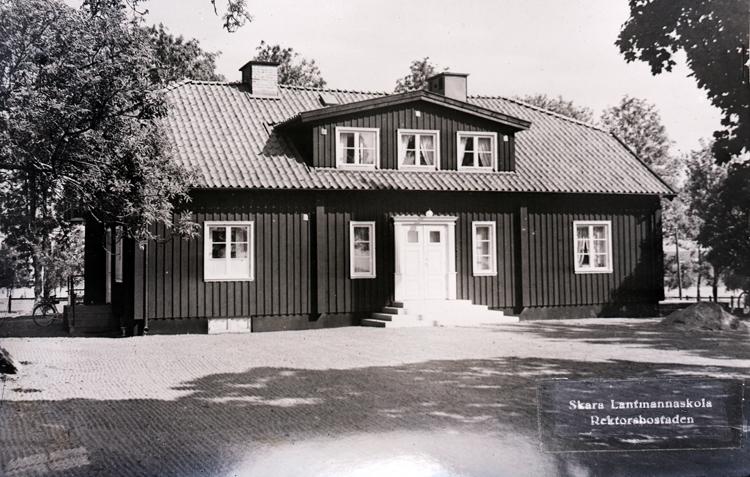 Skara lantmannaskola. 1884-. Huvudman bla Hushållningssällskapet till 1958, därefter landstinget. Flyttad till Uddetorp 1943.