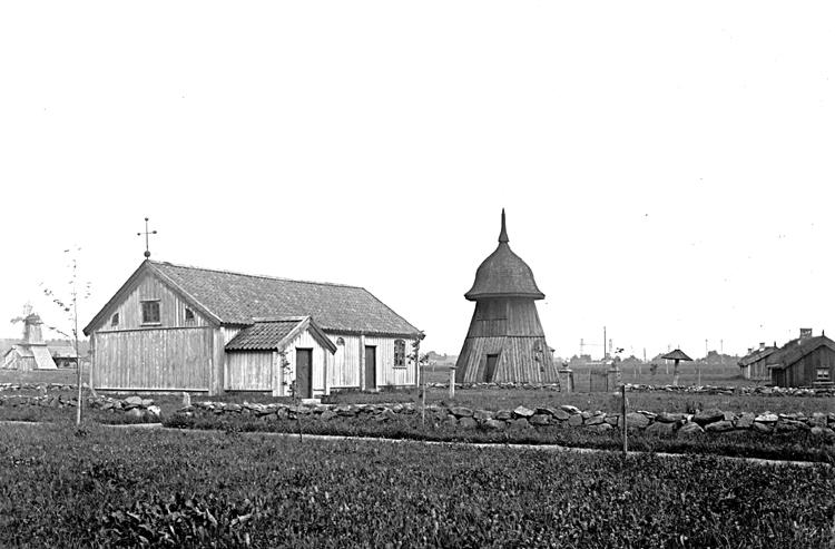 Skara. Fornbyn.Vy från väster med Vädersågen från Ekeskog, Härjevadskyrkan, Kärråkrastapeln, Händenestugan och Höjentorpsstugan.