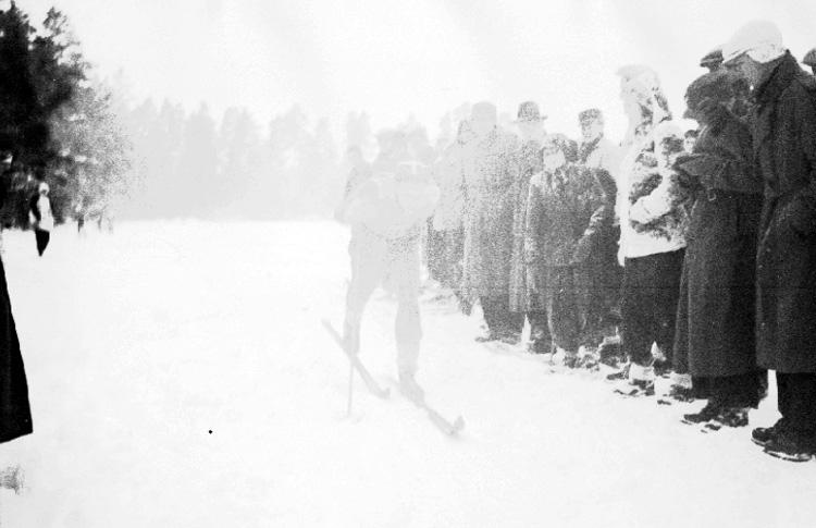 Bildtext: Skidstafett vid Björkelund 1946.