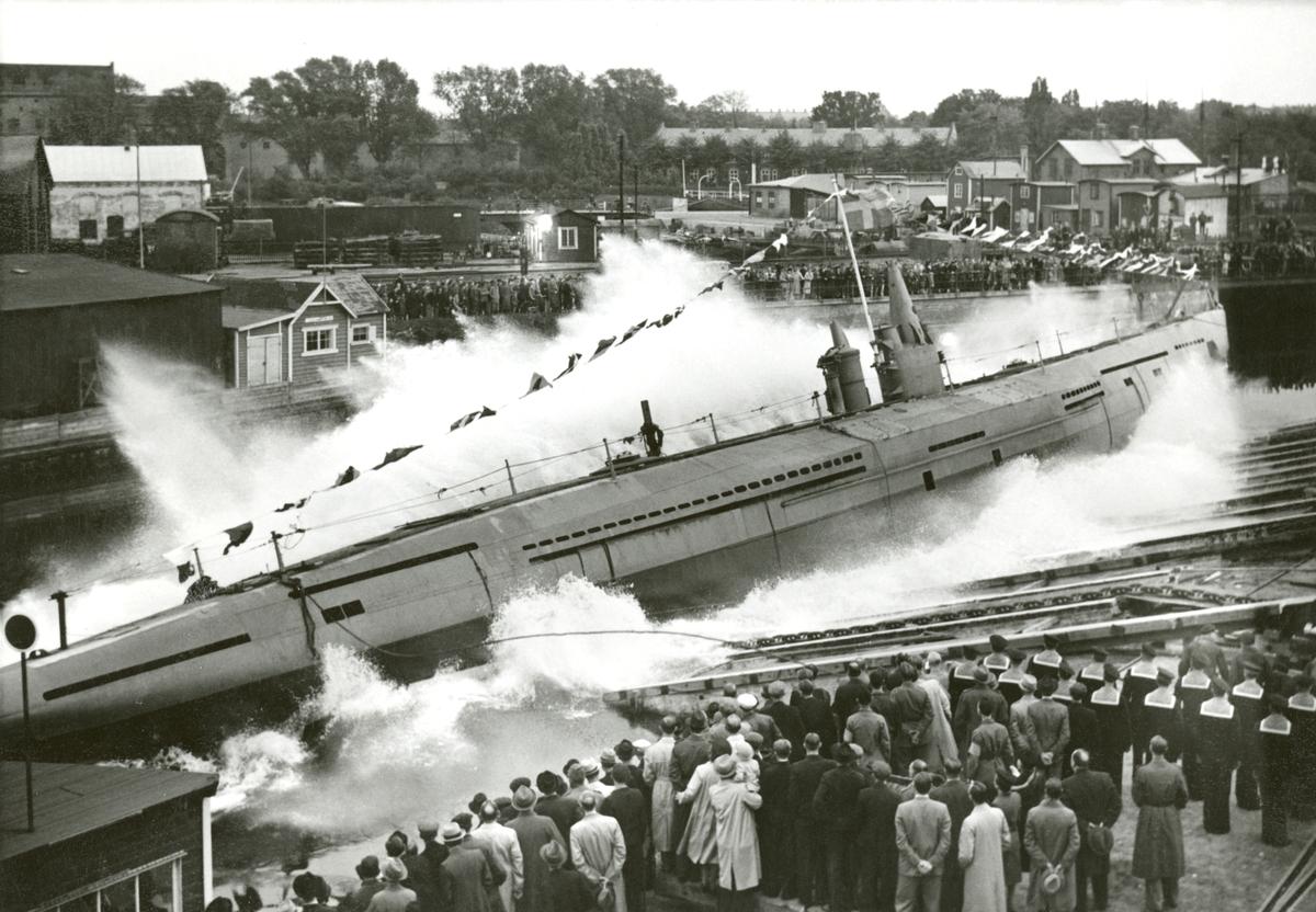 Den svenska minutläggande ubåten Najad sjösättes vid Kockums varv i Malmö. Obs! Ubåten sjösattes tvärskepps.