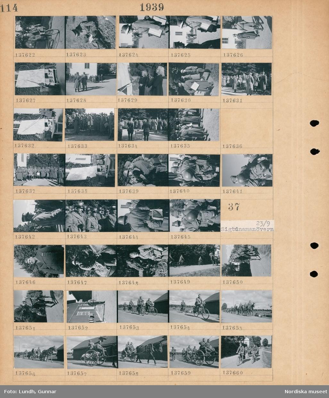 Motiv: Sigtunamanövern 23/9 ; En soldat på cykel, en officer håller en karta, en grupp kvinnor, en soldat pekar på en stor karta, en grupp soldater.  Motiv: Sigtunamanövern 23/9 ; Soldater i uniform, en soldat till häst, soldater som cyklar, soldater kör hästdragna vagnar.
