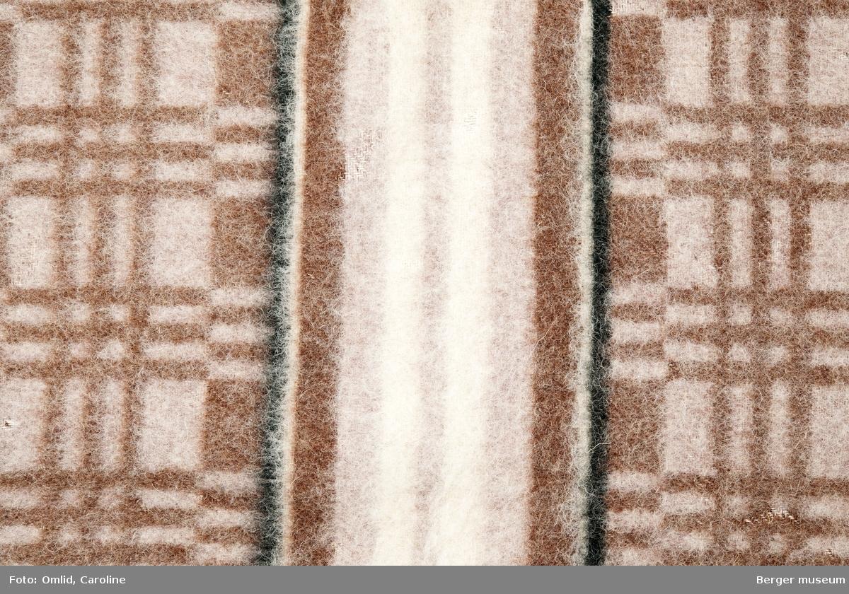 Teppe med strukturmønster i ruter, med tverrgående bord med striper, innrammet av en sort linje på over- og nedside. Brune fargetoner.