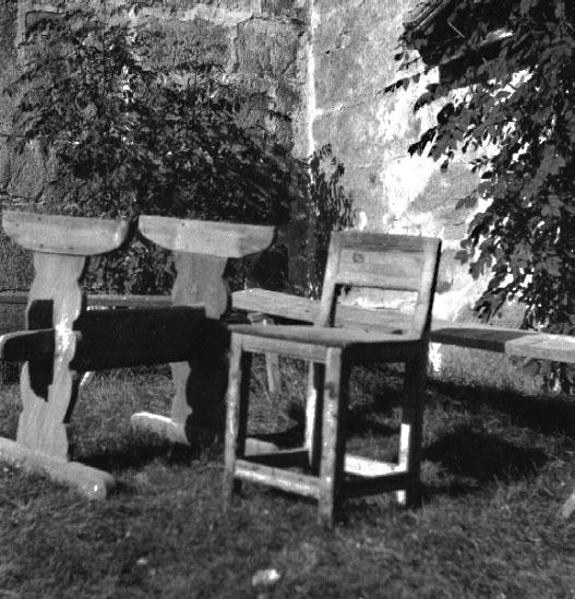 Gösslunda sn. Kyrkogården.Stol, del av bord (bordsfot) och bänk.