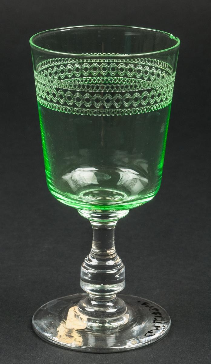 Rödvinsglas, gröna och ofärgade.
