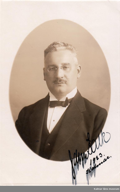 Falk John Ludvig. Född1873 död 1956. Landshövding 1917-1938. Född i Stockholm 2/10 1873. Ordförande i Kalmar läns fornminnesförening sedan 1917.