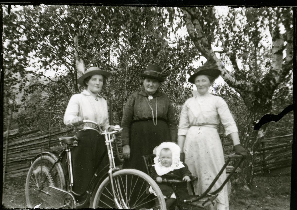 Fire kvinner og eit barn.