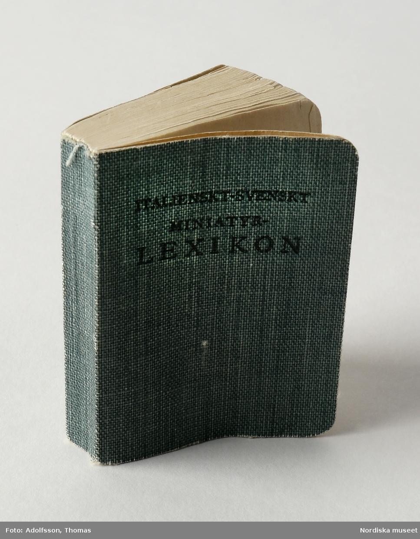 Miniatyrlexikon, 1924, italienskt-svenskt, 548 sidor. Mjuka pärmar klädda med grön textil. Vitt papper med svart tryck.  /Anna Arfvidsson Womack 2019-01-29