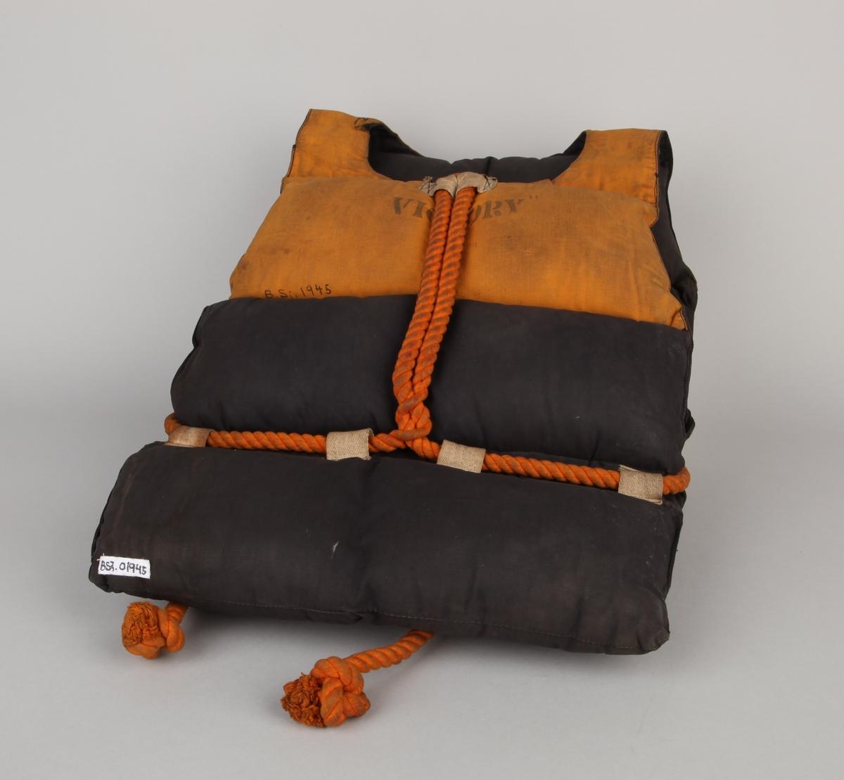 Vattert redningsvest, engelsk type fra krigen 1939-1945. Med lomme i front samt tau til å feste vesten rundt livet.