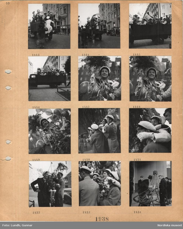Motiv: Festklädda ungdomar med studentmössor på flaket till en lastbil dekorerad med blommor och ballonger, en ung kvinna med studentmössa, behängd med blomsterbuketter, med blomprytt parasoll och livboj runt halsen, bärs av unga män med studentmössor, pojkar i knäbyxor och skärmmössa tittar på en man vid ett transportband(?).