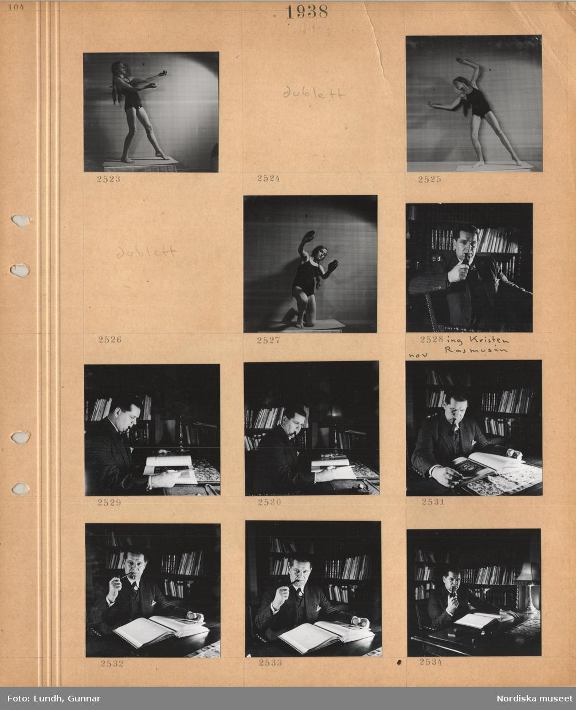 Motiv: Flicka i baddräkt poserar i ateljé, en man, ingenjör Krister Rasmusén, klädd i kavaj sitter vid ett skrivbord och röker pipa, bläddrar i en stor bok, i bakgrunden bokhyllor.