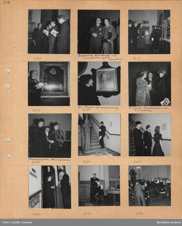 Motiv: Konstutställning, besökare med katalog i hand, kronprins Gustaf Adolf, man i kostym med yngre kvinna i fläckig päls, kapten Nils (oläsligt) med dotter gift Tengbom, kvinna, fru Linden-Hallencreutz, man i kostym, direktör Eriksson med maka, mellan två kvinnor i päls och hatt, tre kvinnor i hatt, en av dem professorska Olivecrona, man med ljus armbindel går uppför en innertrappa av sten, två män och en kvinna studerar ett anslag på väggen, kvinna och man i dörröppning i trapphus, en man på ett podium visar omläggning av skador, personer i publiken övar omläggning av skador.