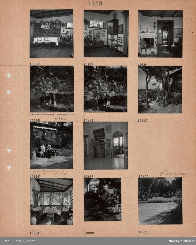 Motiv: Interiör med ålderdomlig möblering, spinnrock, kista, gökur, öppen spis, äldre man och kvinna, Alice och Gunnar Wallentin, med två flickor i rutiga klänningar, hus i sluttning bland tallar, trädgård, en kvinna möjligen Ester Lundh och en man, Ingeborg Björklund och Carl Wallentin, Mölle, sitter vid en trädgårdsmöbel framför ett hus, en kvinna och en man i en ateljé med målningar, inglasad veranda med bord och bänkar, gardiner, en pojke sitter vid ett kaffebord med kakfat, uteservering i trädgård.