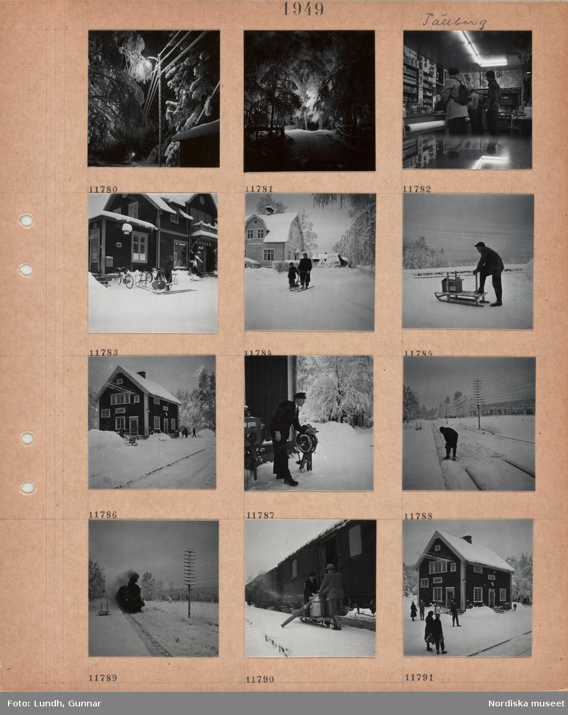 Motiv: Tällberg, stolpe med tänd gatubelysning, elledningar med snö på, snöig väg mellan höga träd, butiksinteriör, kunder i vinterkläder, en med ryggsäck, hyllor med livsmedelsförpackningar, kläder, textilier m m, exteriör butikslokal, konsum, postkontor bredvid, man med sparkstötting, bygata, kvinna och barn med sparkstötting, man med kälke, stor kartong på kälken, järnvägsstationen i Tällberg, stationshus av trä, stins i uniform vevar på ett hjul, en man skottar snö från järnvägsspåren, tåg med ånglok kommer in till perrongen, tjock rök, tom kälke, kälke lastas från en godsvagn, gående framför stationshuset.