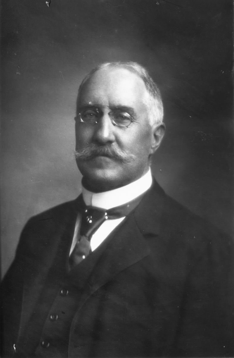 Född 1858, död 1943.  Borgmästare i Gävle 1898-1928.