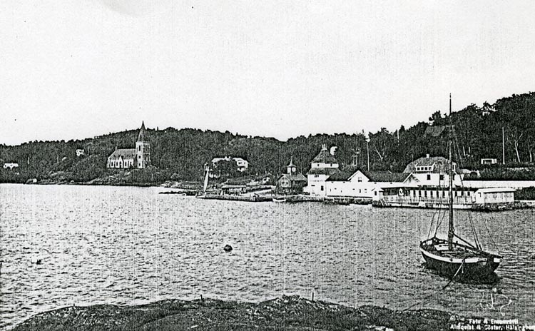 """Enligt Bengt Lundins noteringar: """"Havsbad från Ljungholmen med en båt.""""."""