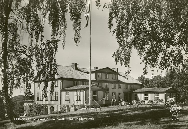 """Enligt Bengt Lundins noteringar: """"Västkustens Ungdomsskola. Västgården. Ljungskile""""."""