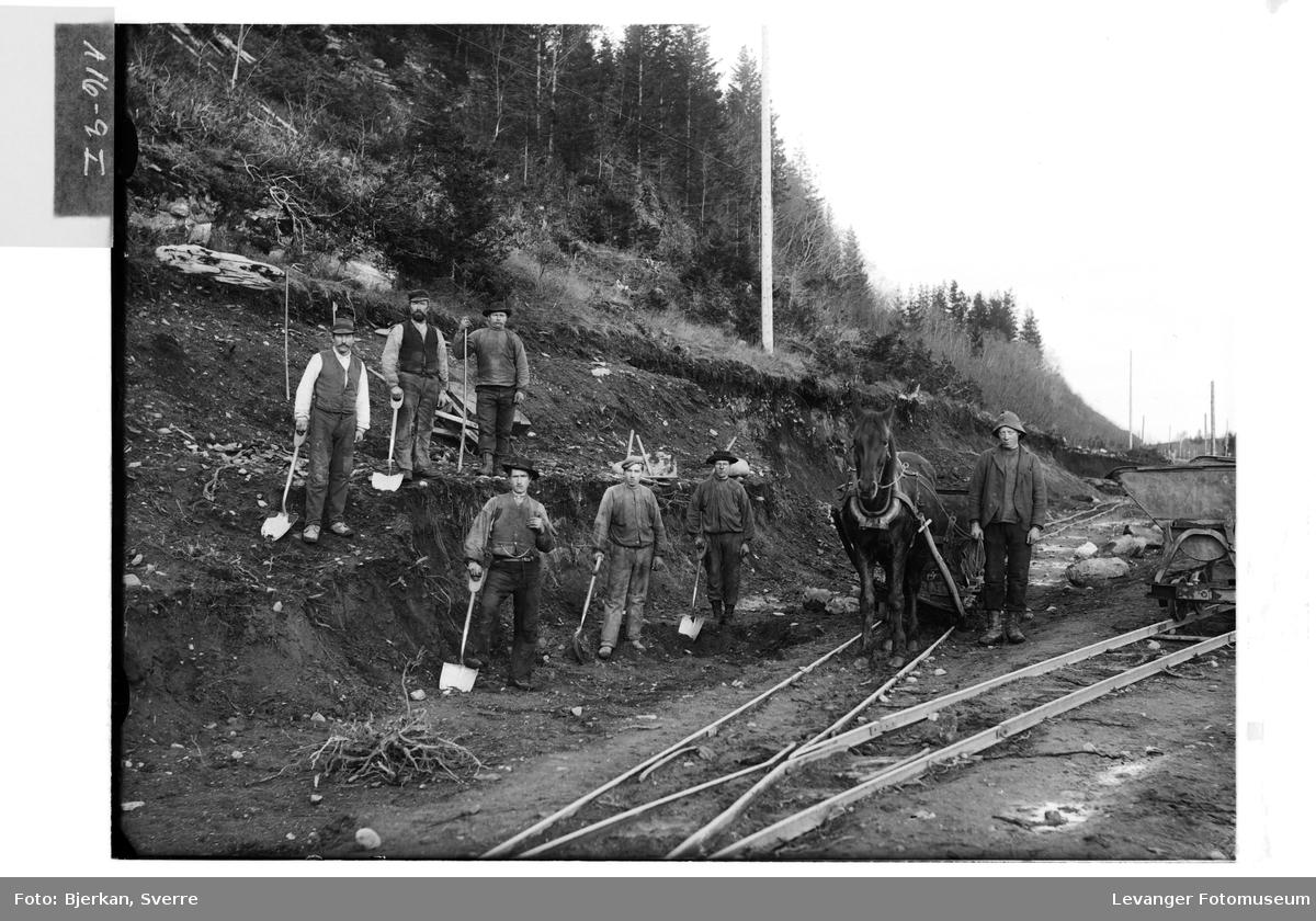 Jorduttak i vegarbeid, arbeidslag,hesten drar sleden på jernbanespor.