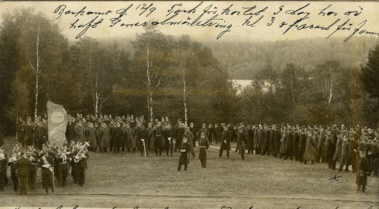 """Enligt Bengt Lundins noteringar: """"Kyrkparad 1903 med musikkår""""."""