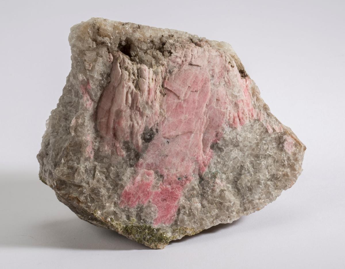 Tynne rosa plater i kvarts. Litt epidot og svart mineral + flogopitt/biotitt. Telemark, Lauvvik(?)