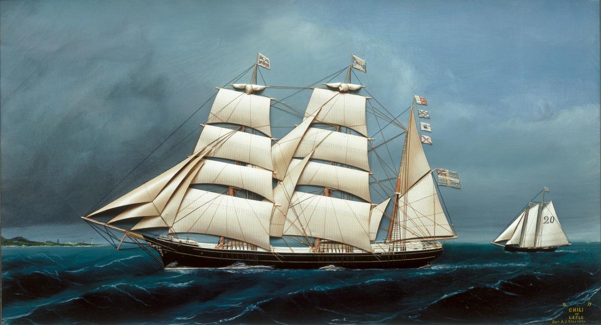 Fartygstavla föreställande fartyget Chili, från 1877?. Seglen är gjorda av siden.  Ram av mahogny. Målningen är utförd under perioden då kapten Sågström förde henne, mellan 1879-1896. Enligt sjöfartshistoriker Ingvar Henricsons bok Drömmar om seglande skepp, 2003, kan tavlan vara ett verk av Thomas Willes i New York.