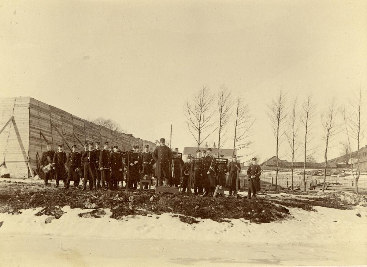 Grupporträtt av Andra livgardets musikkår vintern 1890-91.