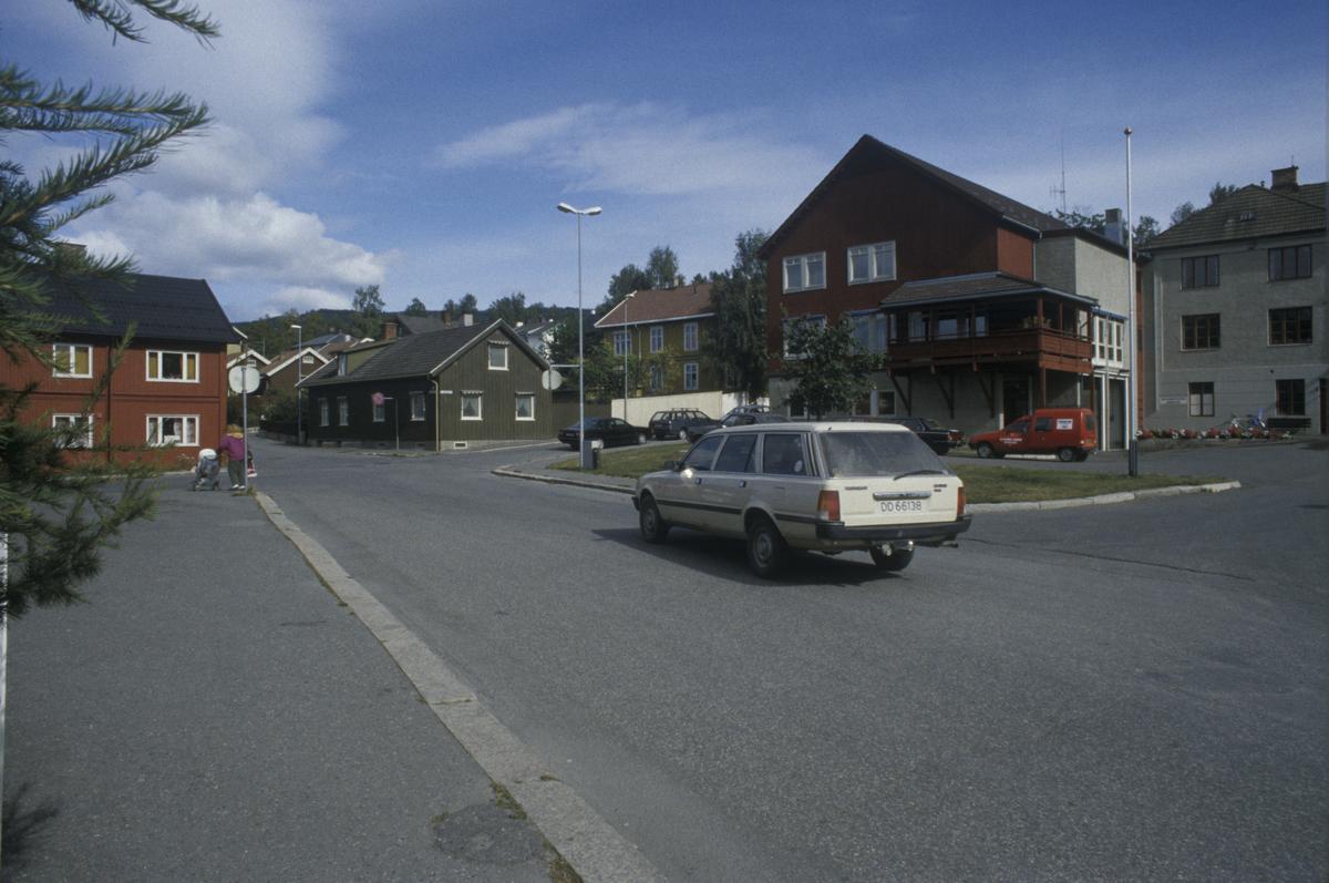 Lillehammer Brannstasjon med krysset Tomtegata Gamlevegen tatt mot nord. Grønt hus er Gamlevegen 101 og rødt til venstre er Gamlevegen 102