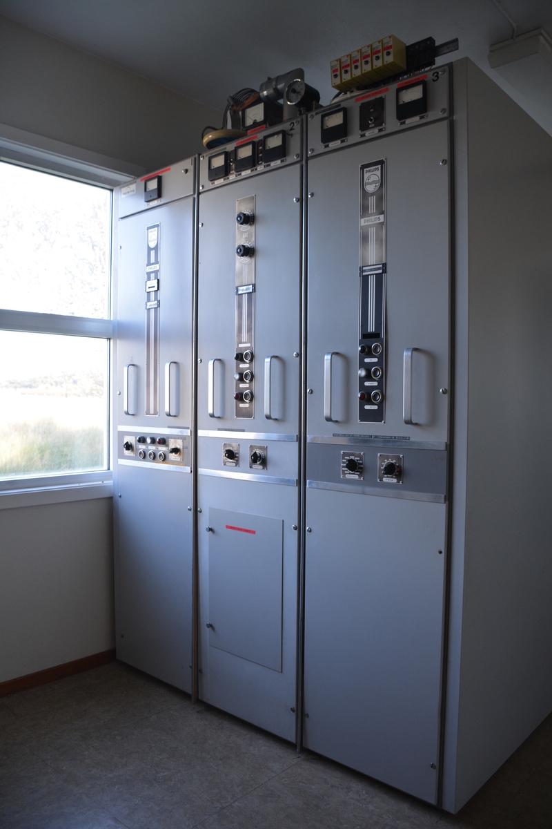 Stasjonen ble kjent både som Ålesund kringkaster og Møre kringkaster, men etter 1936 som Vigra kringkaster.   Bygningen på Telenors verneplan er den nye stasjonen i pusset mur som åpnet 12. april 1948. I 1952 fikk stasjonen sylindrisk selvstråleantenne på 242 meter.