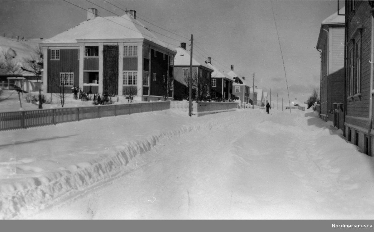 Kristiansund. Øvre bydel på Kirklandet, Plysjbyen, i mellomkrigstida eller under 2.verdenskrig. snø, vinter. Nordmøre museums fotosamling.