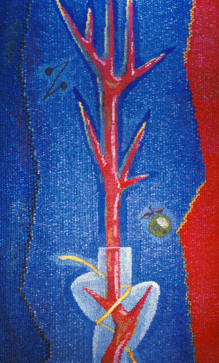 """Motivet er hentet fra Newtons grunnleggende temaer innenfor matematikk og fysikk som er knyttet til Justervesenets oppgaver. Fargene rødt, blått og gult, samt svart og hvitt refererer både til fargesettingen av selve bygget og til Newtons spalting av lys gjennom et prisme og på denne måten konstruerte den første fargesirkelen basert på fargenes naturlige plassering. Figurene som er plassert i flaten er stiliserte trær som refererer til Newtons epletre. Tre andre symboler går også igjen i hele tekstilen; et prosenttegn, en grafisk """"kurve"""" og et eple som skal henspeile til Justervesenets virksomhet."""