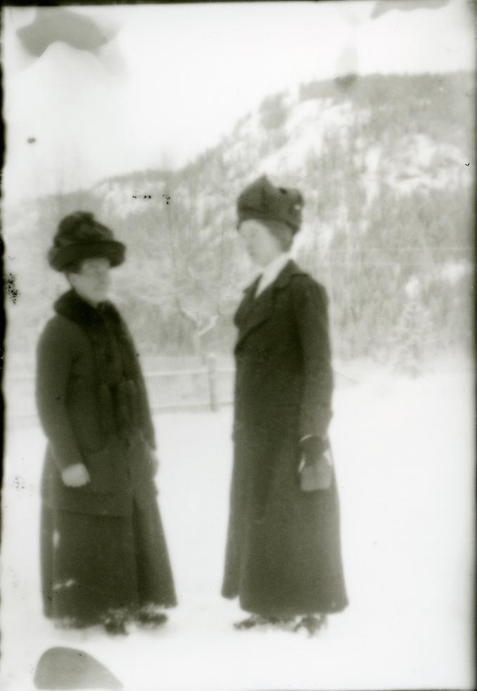 To kvinner med hattar.