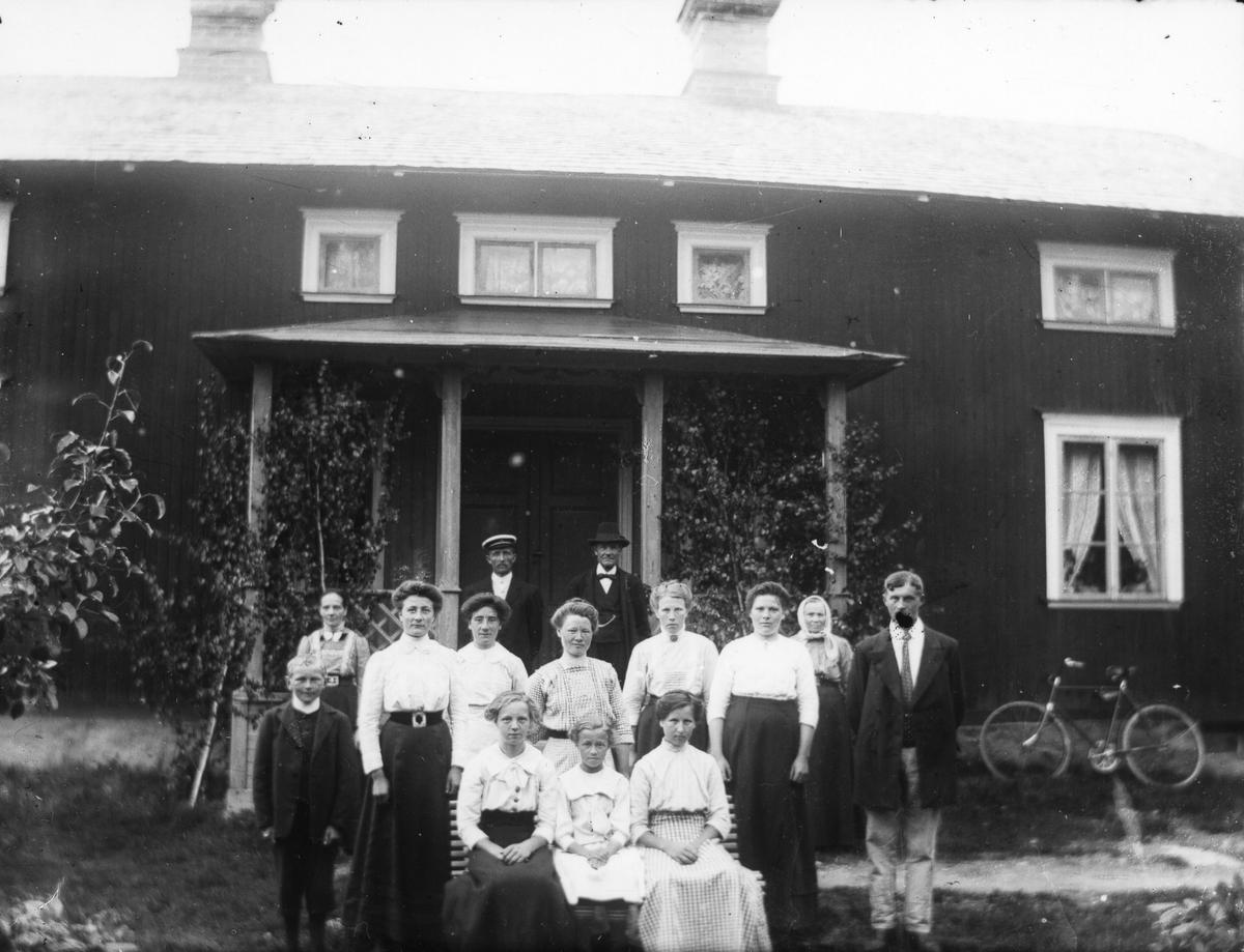 Familjebild framför farstubron.