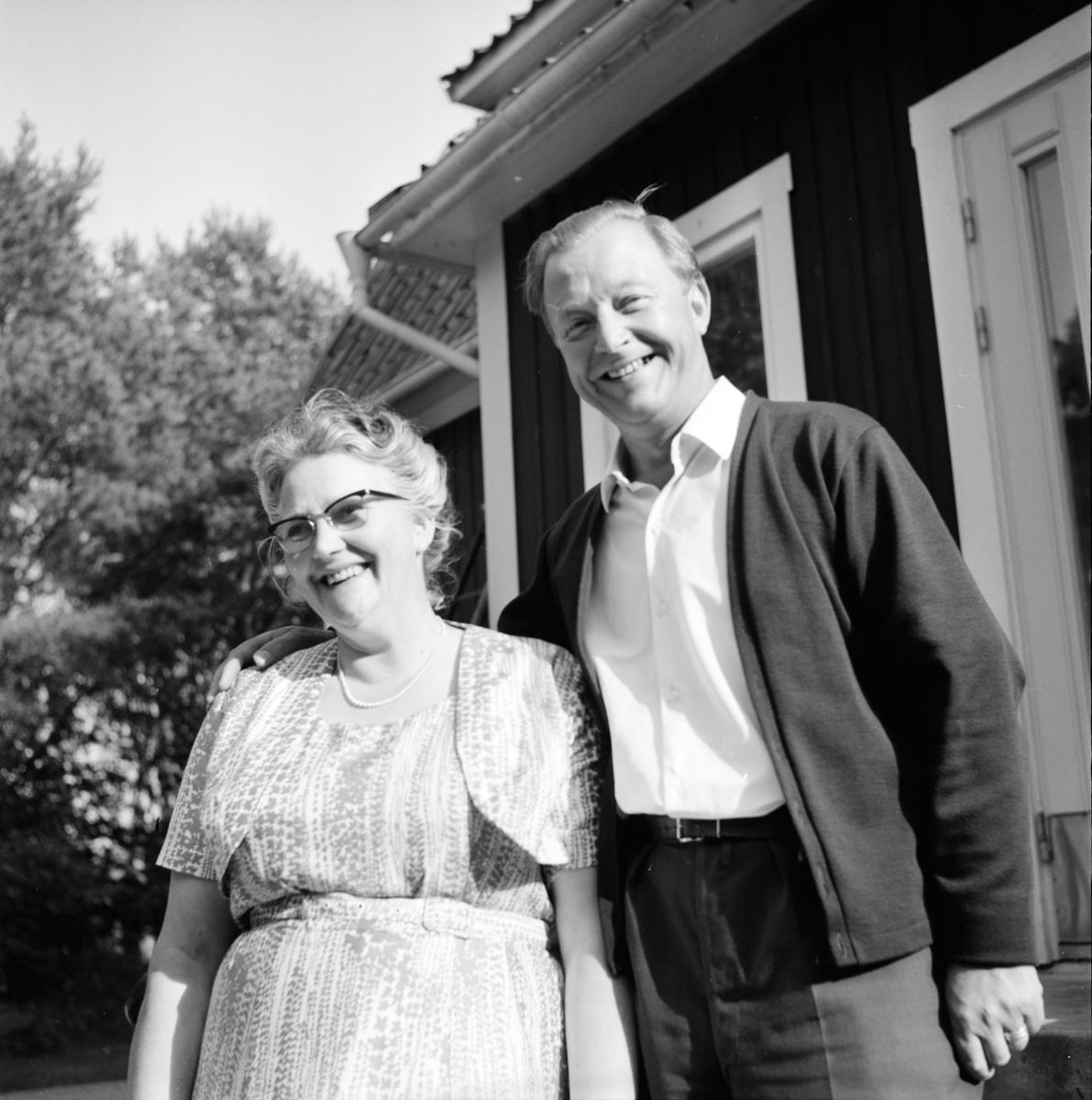 Komminister Gustav Björklund med Fru vid prästgården Länna kyrka. 23/8-1965