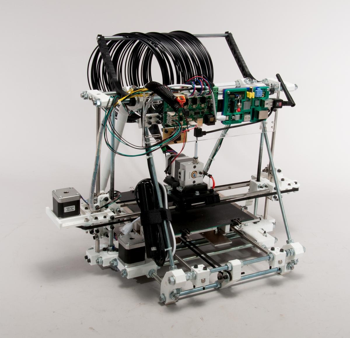 3D-skrivare av typen Reprap, för tredimensionella utskrifter i plastmaterial. Uppbyggd av gängade stänger och 3D-utskrivna kopplingdelar. Stegmotorer och skrivmunstycke styrs av en microkontroller. Härva med färgad plasttråd medföljer.  Med skrivaren följer ett antal utskriftsexempel och utskrivna delar till ytterligare en 3D-skrivare.