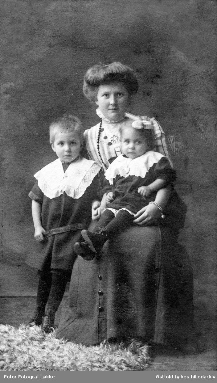 Portrett av ukjent kvinne med to barn, visittkort, ca. 1890- 1900.