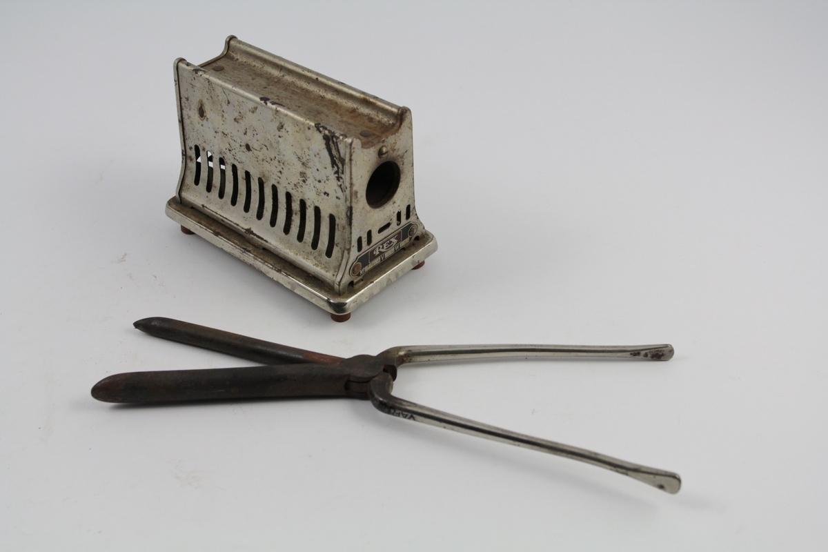 Krølltang (a) med eletrisk varmeapparat (b): a) Håndgrepene u-formet, og de to delene krysser hverandre i overgangen til selve redskapet, tangen. Butt i endene (håndgrep), spiss ved tangen. Det ene er som en rundstang, mens det andre har et kileformet snitt.  b) Rektangulær sokkel på knotter. Overdeksel m/dypt, kileformet snitt, sett ovenfra, sideflater har en lett svai ned til sokkelen. Sirkulært hull til tangen for støpsel i hvert endestykke.