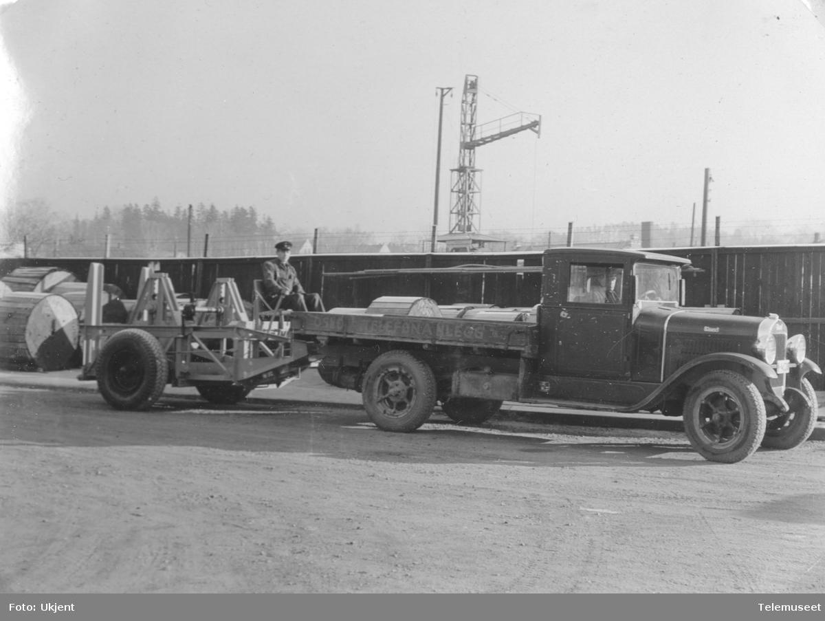 Lastebil med trommeltilhenger
