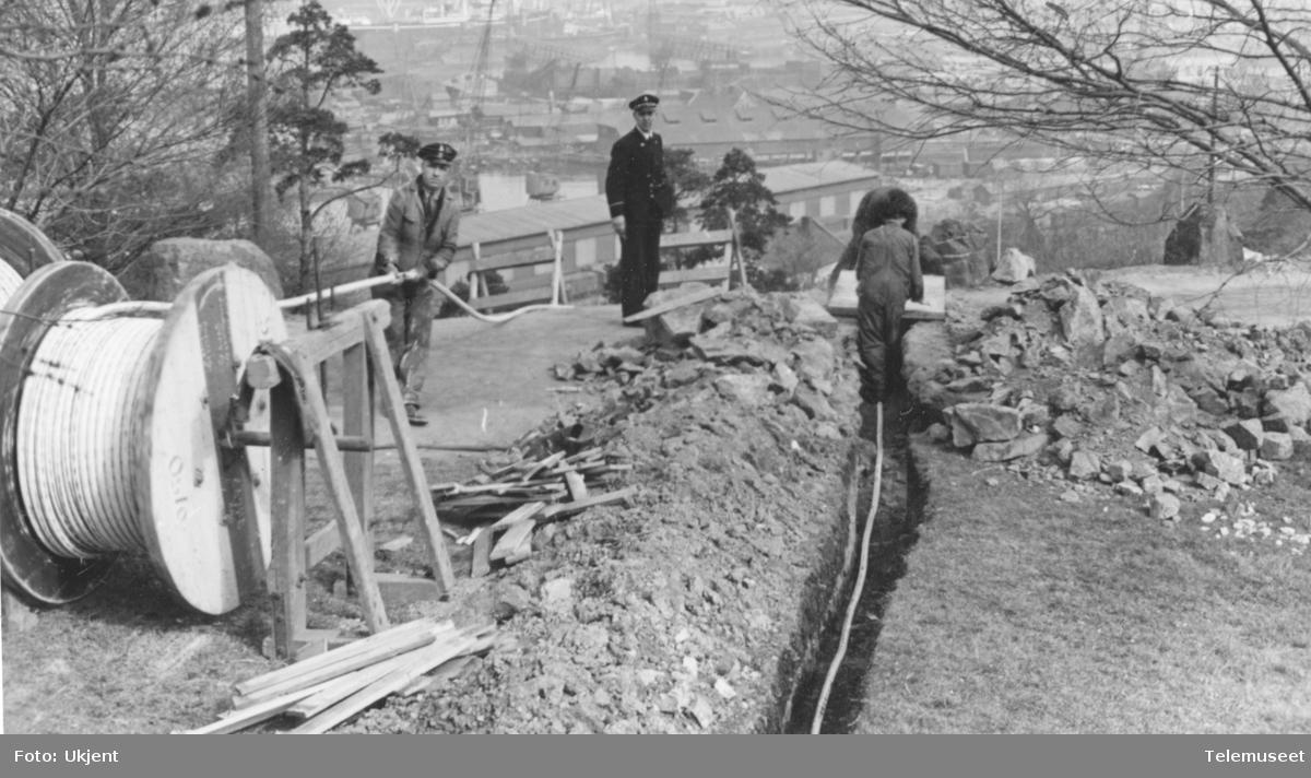 Legging av 100 pars 0,8 kabel for tyskerne. Fra Ljabruveien ved nr 92, opp fjellet til Sjømannsskolen.