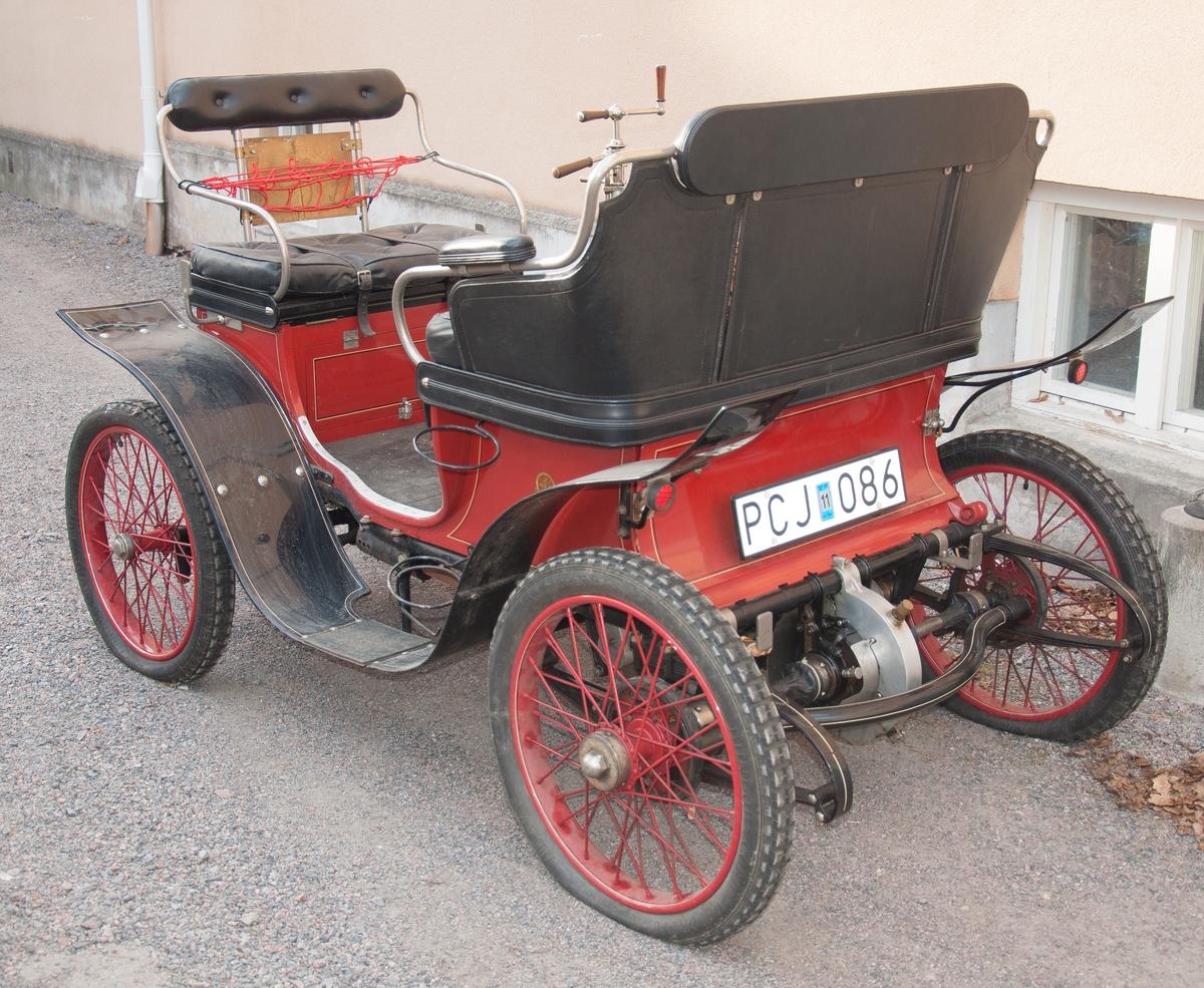 De Dion Bouton Vis-à-vis 1901 standardutförande Motoreffekt 5 hk.  Längd 2250 mm, bredd 1300 mm. Tjänstevikt 470 kg, totalvikt 700 kg. Däckdimension 26x3 Chassinr 1200