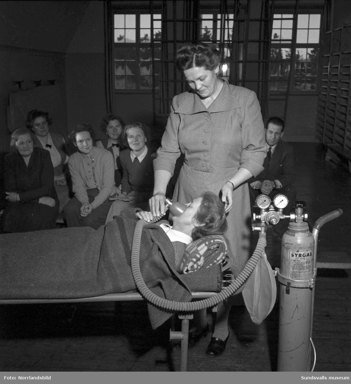En grupp kvinnor på civilförsvarskurs i Dingersjö. Det övas bland annat sjuktransport och -vård.