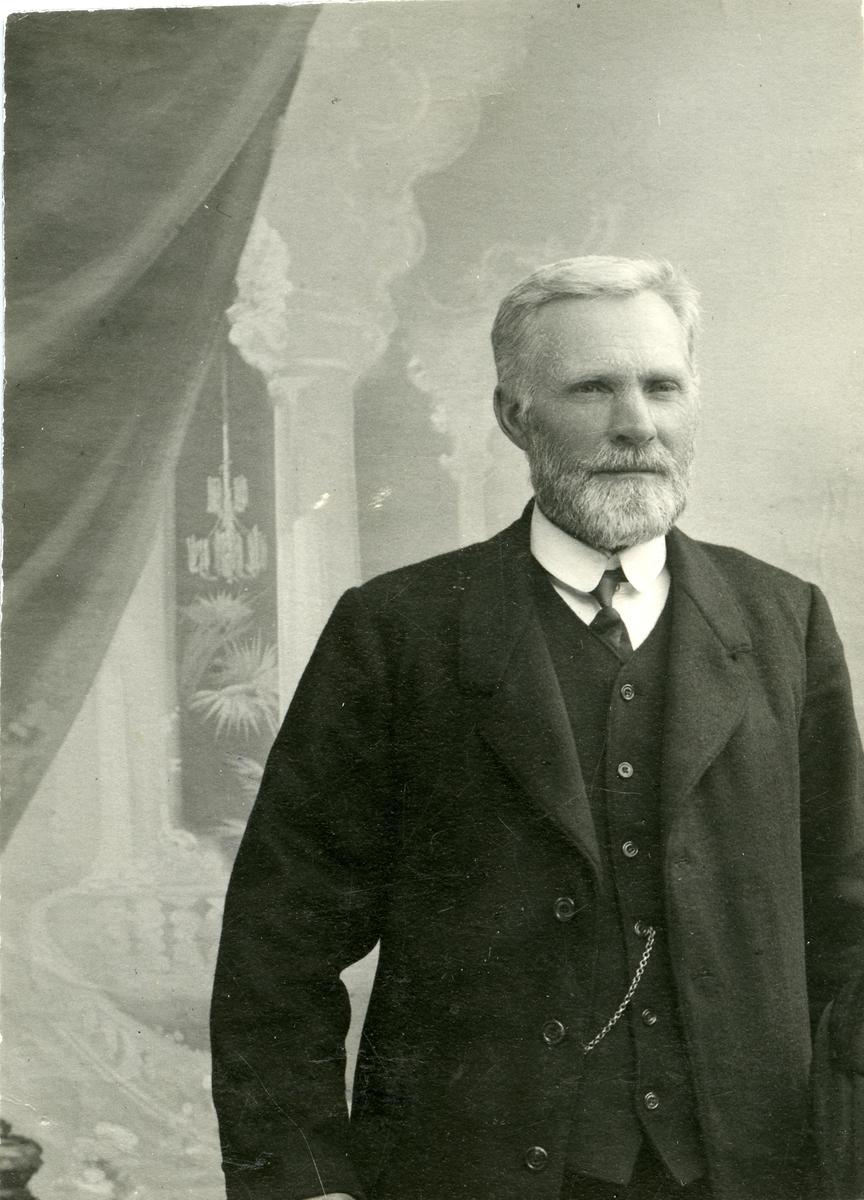 Arne O. Grøv Dokken.