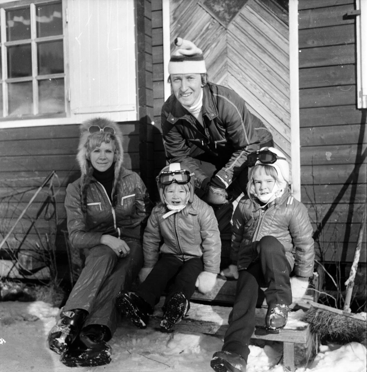 Familj i Koldemobacken. Bollnäs Februari 1973