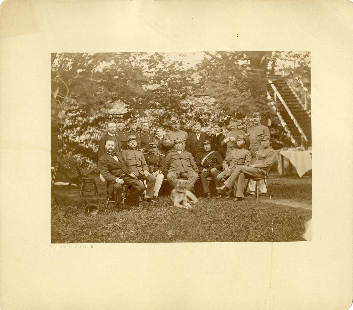 Officerare, soldater och civilklädda personer i trädgård utanför officersmässen, Karlsborgs garnison, augusti 1882.