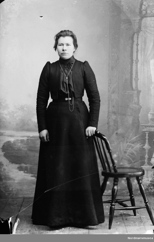 Portrett av Guro Hoven g. Rødset (Liatun). Hun var datter av Ole Larsen Hoven (1837-1911) og Elen Knutsdatter (Løken) Hoven (1841-1918) (Kilde: Brandon Henderson).