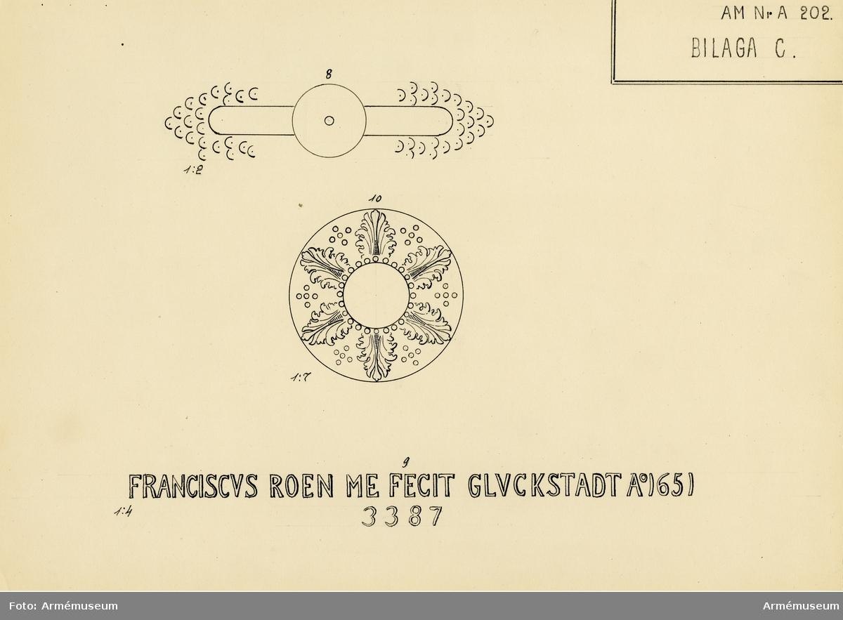 """Grupp A I.  Byte från intagandet av fästningen Glückstadt i Holstein 5/1 1814. Tillhör det första kända danska artillerisystemet, vilket infördes av Fredrik III omkring år 1649 och som i allmänhet kallas Fredrik III:S Rids. Enligt å kammarbandet befintlig inskrift gjuten i Glückstadt  år 1651. Med Fredrik III:S namnchiffer och hans valspråk:  DOMINVS. PROVIDEBET (Herren skall råda) å kammarstycket samt Glückstadts vapen - Fortuna på ett rullande klot - å långa fältet. Loppets relativa längd är 24 kaliber. Kammarsiraten märkt """"1651"""" och """"3346"""", druvhalsen """"N --- 14"""". Mynningen är skadad."""