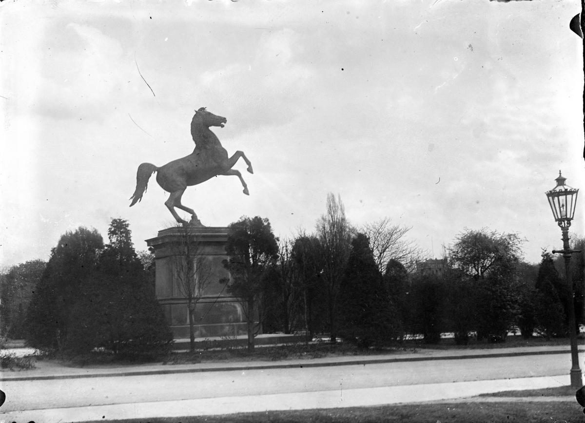 Bilder fra Stouslands studietid i Tyskland. Han studeret ved den Kongelig Tekniske Høyskole i Hannover. Kønigliche Technische Hochschule. Og han hadde sin praksisperiode i Berlin. Han var ferdig utdannet ingeniør i februar 1906.