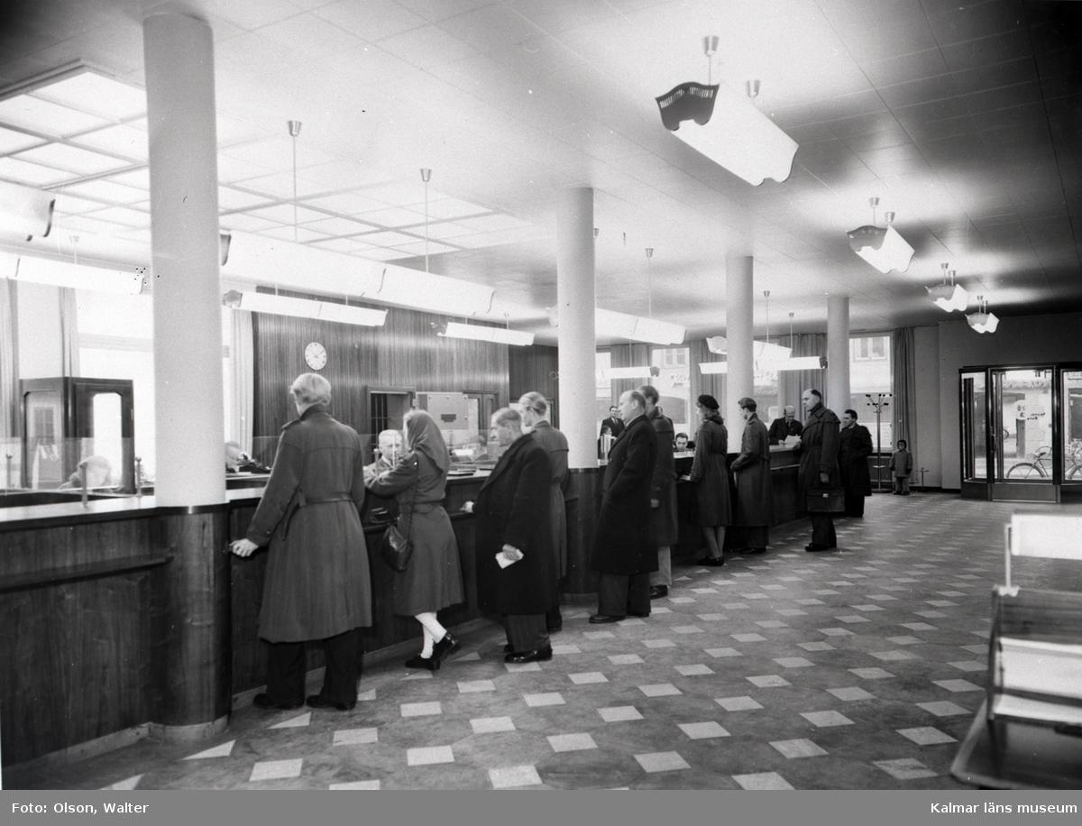 Kunder utför sina ärenden på Skandinaviska Banken i Kalmar.