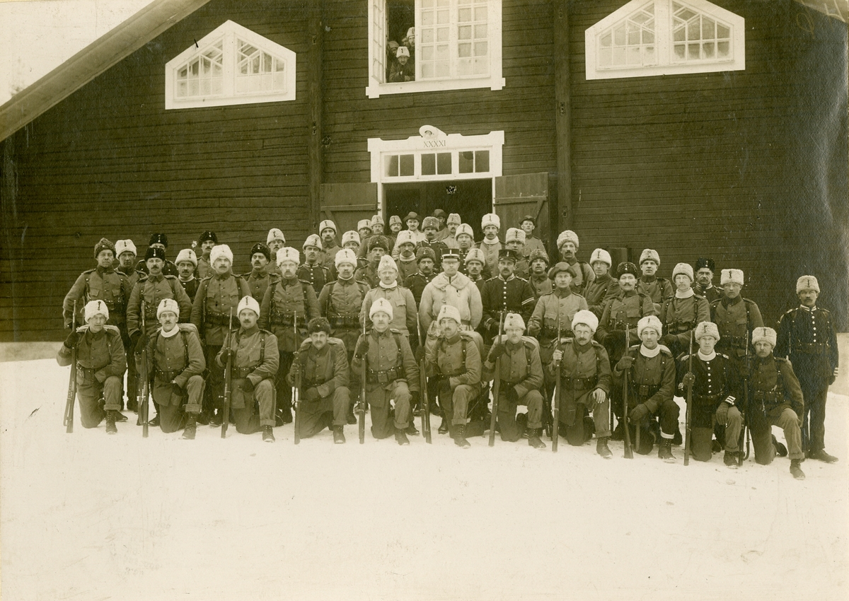 Grupporträtt av officerare från 14:e kompaniet vid Göta livgarde I 2 i Resarö under mobiliseringen, år 1916.
